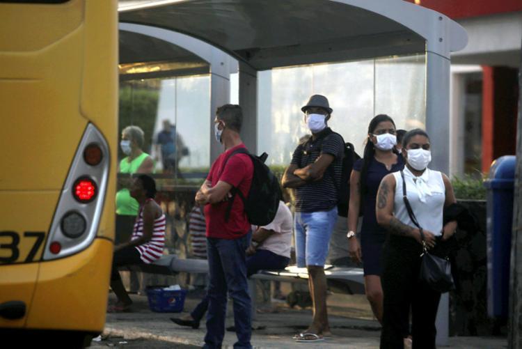 Motoristas não devem permitir a entrada de passageiros que descumprirem a medida | Foto: Felipe Iruatã | Ag. A TARDE - Foto: Felipe Iruatã | Ag. A TARDE