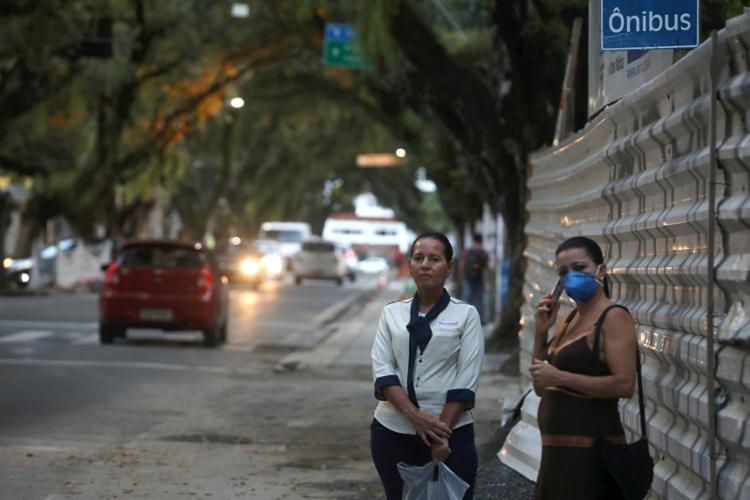 Trabalhadores correm risco de assalto nas ruas quase desertas   Foto: Felipe Iruatã   Ag. A TARDE - Foto: Felipe Iruatã   Ag. A TARDE