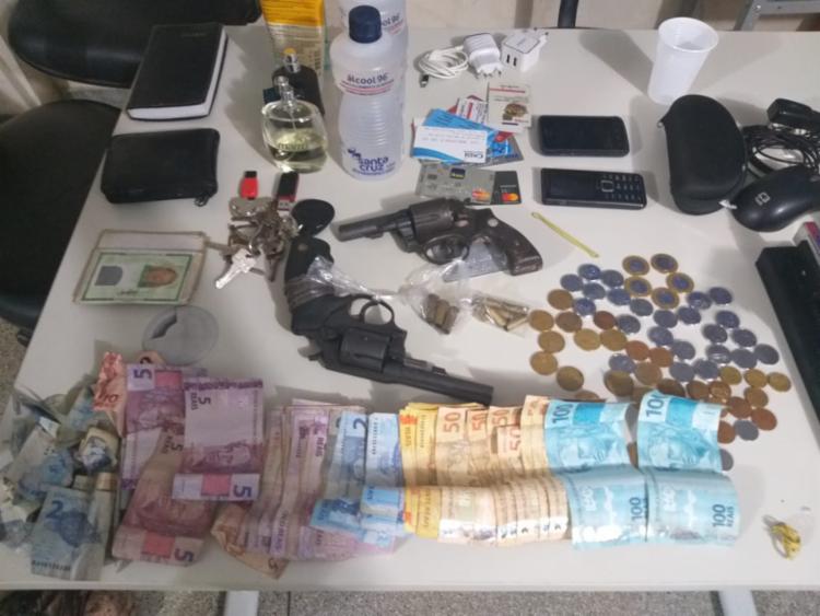 Foram apreendidos revólveres e uma quantia em dinheiro | Foto: Divulgação | SSP - Foto: Divulgação | SSP