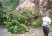Deslizamento soterra três carros e derruba poste no bairro do Calabetão | Foto: Cidadão Repórter