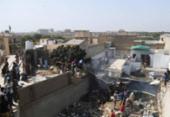 Avião de passageiros paquistanês cai em área residencial de Karachi | Foto: Asif Hassan | AFP