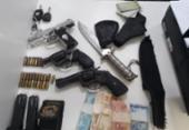 Trio é preso após ser flagrado com armas e faca dentro de carro em Itapuã | Foto: Divulgação | SSP