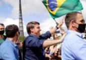 Bolsonaro volta a cumprimentar apoiadores em ato | Reprodução | Agência Brasil