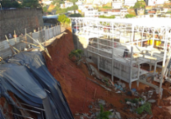 Muro de obra desaba e derruba postes no IAPI   Divulgação   Codesal