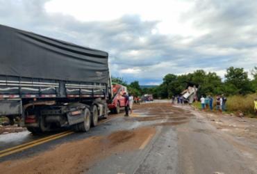 Pista fica interditada após derramamento de óleo vegetal em acidente na BR-242