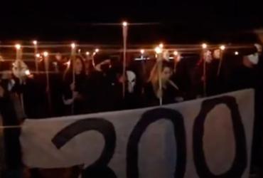 Em ato no STF, manifestantes pró-Bolsonaro marcham com máscaras e tochas | Reprodução | YouTube