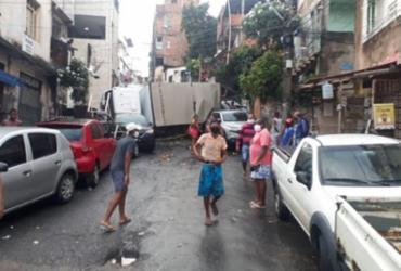 Caminhão bate em cinco carros antes de tombar no Nordeste de Amaralina | Reprodução | Transalvador