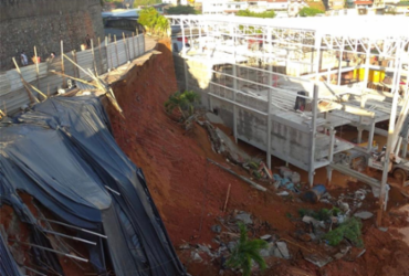 Muro de contenção de obra em mercado desaba e derruba sete postes no IAPI | Divulgação | Codesal
