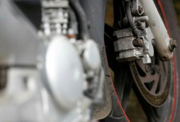 Os desafios dos motociclistas que se exibem fazendo manobras sobre uma roda | Rafael Martins | Ag. A TARDE
