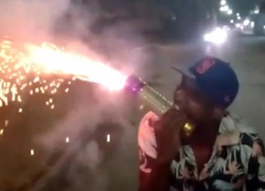 Em meio a pandemia, populares fazem guerra de espadas próximo a UPA de Periperi | Reprodução | Cidadão Repórter via Whatsapp