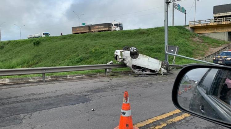 Carro ainda derrubou poste após capotar | Foto: Cidadão Repórter - Foto: Foto: Cidadão Repórter
