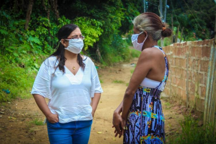 Titular da pasta em conversa com a mãe da jovem | Foto: Vitor Santos | Divulgação - Foto: Vitor Santos | Divulgação