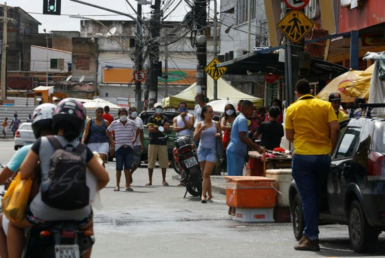 Pessoas estão nas ruas no bairro de São Caetano | Foto: Rafael Martins | Ag. A TARDE - Foto: Rafael Martins | Ag. A TARDE
