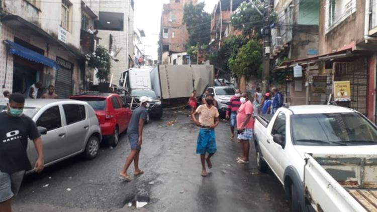Caminhão tombado fechou a rua Francisco Sales | Foto: Transalvador - Foto: Reprodução | Transalvador