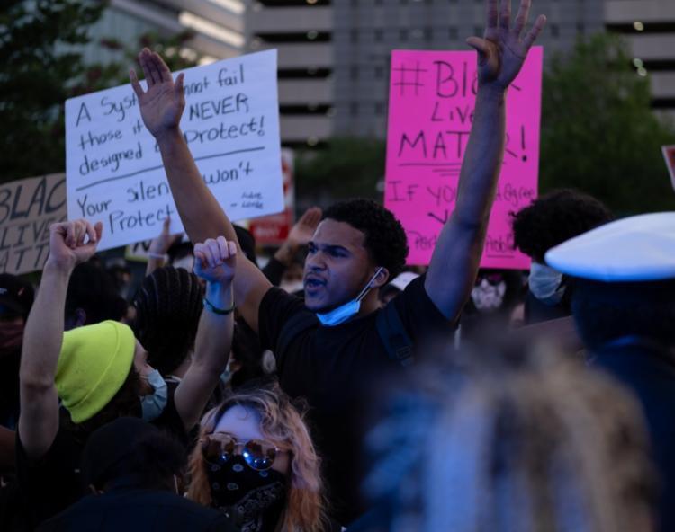 Imagens culminaram em protestos carregados de revolta em Minneapolis | Foto: Seth Herald | AFP - Foto: Seth Herald | AFP