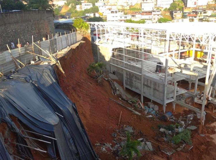Muro de contenção derrubou cinco postes ao cair | Foto: Divulgação | Codesal - Foto: Divulgação | Codesal