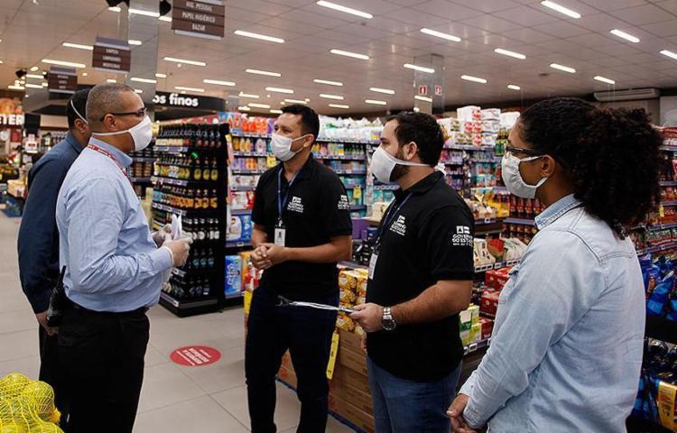 Fiscalizações – como esta realizada em um supermercado da capital – estão sendo feitas durante a pandemia   Foto: Setre   Divulgação - Foto: Setre   Divulgação