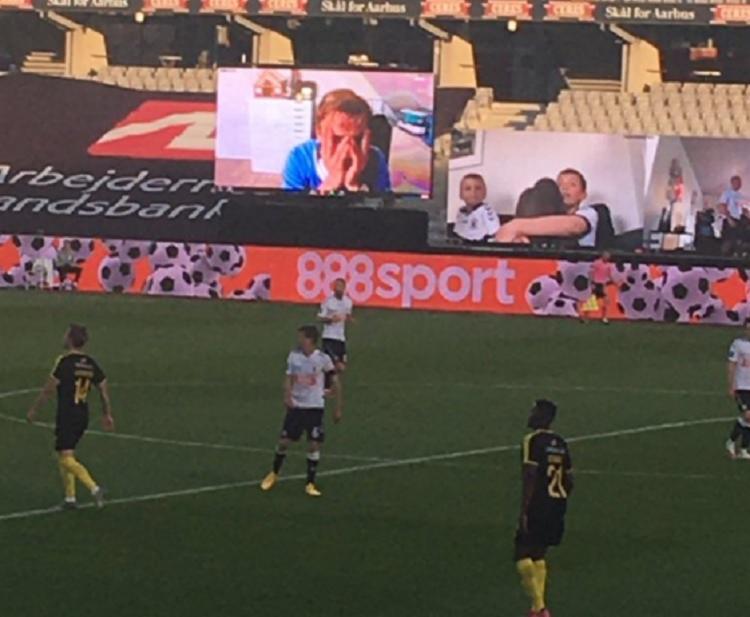 Torcedores do AGF sofreram até o empate no fim da partida   Foto: Reprodução   Twitter   AGF - Foto: Reprodução   Twitter   AGF