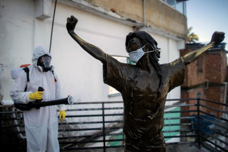 #FotoDoDia INÉRCIA   A estátua de Michael Jackson no morro Dona Marta, no Rio de Janeiro, marca a visita do artista para a gravação do clipe 'They don´t care about us' (Eles não ligam para nós). Décadas depois, as favelas seguem desassistidas em meio à pandemia.