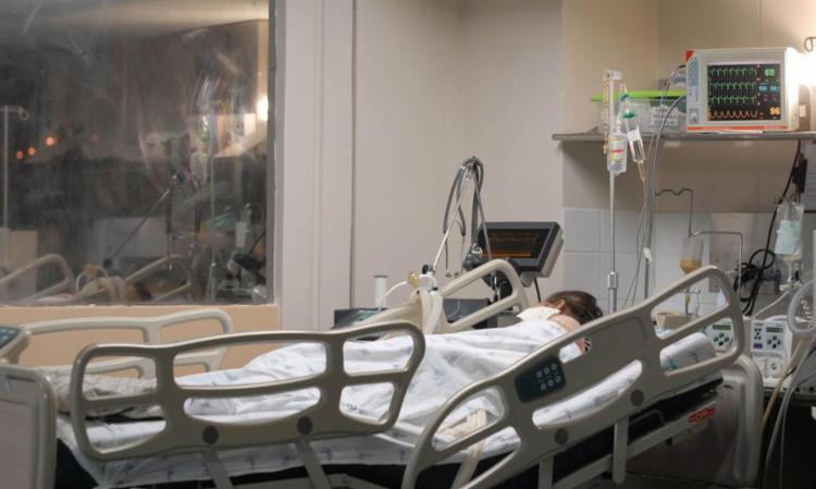 Leitos de UTI para tratar pacientes com coronavírus estão ficando escassos nos hospitais privados - Foto: Marcello Casal Jr. | Agência Brasil