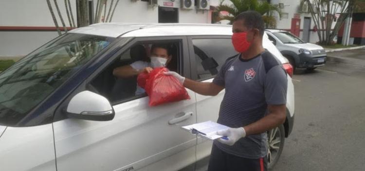 Funcionário do clube realizando a distribuição do kit | Foto: Divulgação | ECV - Foto: Reprodução | Redes Sociais