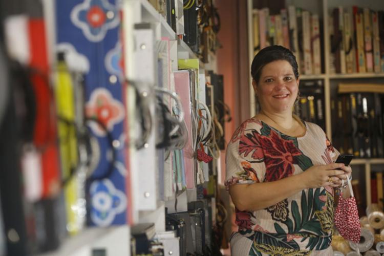 Carolina, da Divina Parede, passou a investir mais na internet | Foto: Rafael Martins | Ag. A TARDE - Foto: Rafael Martins | Ag. A TARDE