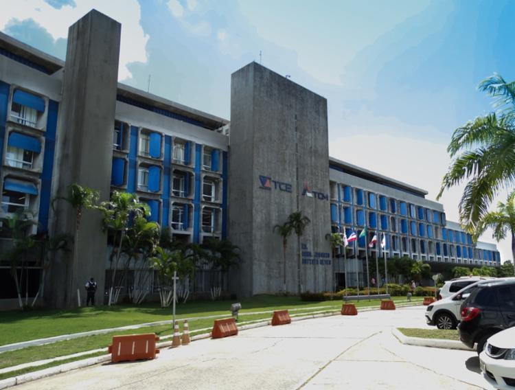 O gestor municipal também foi punido pelo Tribunal de Contas dos Municípios com multa de R$ 15 mil em razão de irregularidades na contratação direta de empresas. - Foto: Divulgação