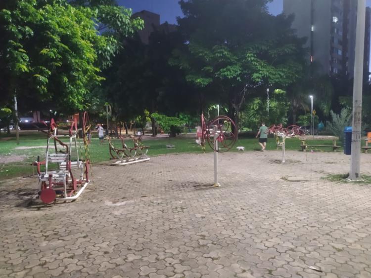 Moradores aproveitam a praça e desobedecem recomendações de isolamento | Foto: Natália Figueiredo | Ag. A TARDE - Foto: Natália Figueiredo | Ag. A TARDE