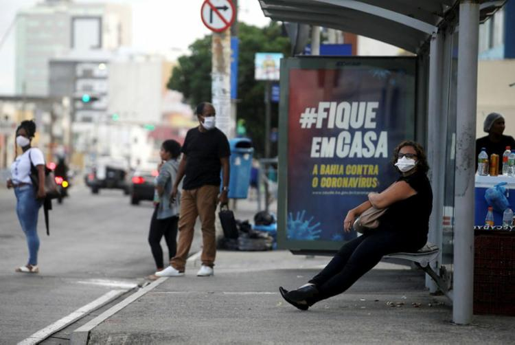 O aumento da população nas ruas levou a prefeitura decretar o bloqueio de três bairros a partir de hojee - Foto: Felipe Iruatã   Ag. A TARDE