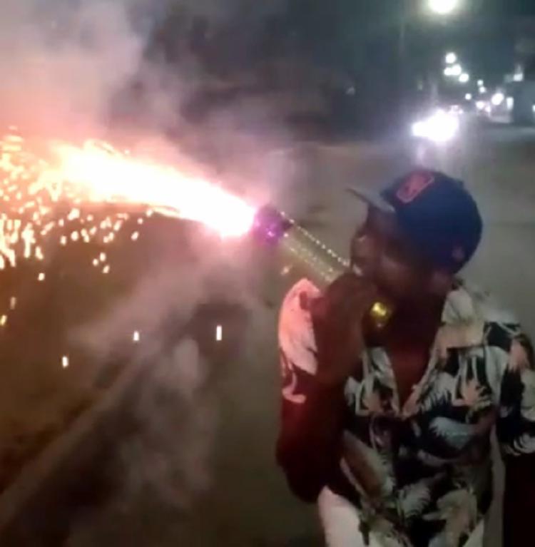 Homem ironiza isolamento e coloca fogo de artifício na boca | Foto: Reprodução | Cidadão Repórter via Whatsapp - Foto: Reprodução | Cidadão Repórter via Whatsapp