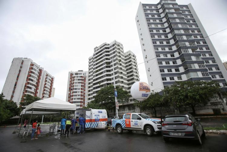 Prefeitura fez testes rápidos ontem para detectar a Covid-19 na Praça Ana Lúcia Magalhães, no bairro da Pituba   Foto: Raphael Müller   Ag. A TARDE - Foto: Raphael Müller   Ag. A TARDE