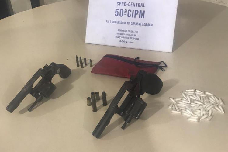 Armas e drogas foram apreendidas com os suspeitos   Foto: Divulgação   SSP - Foto: Divulgação   SSP