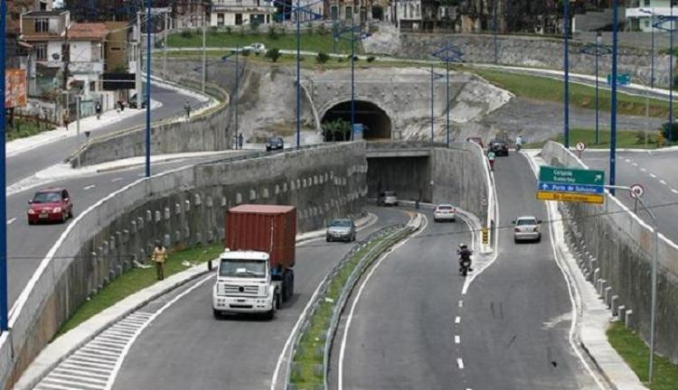 Nenhum veículo foi atingido, mas uma das faixas de tráfego está interditada | Foto: Luciano da Matta | Ag. A TARDE - Foto: Luciano da Matta | Ag. A TARDE