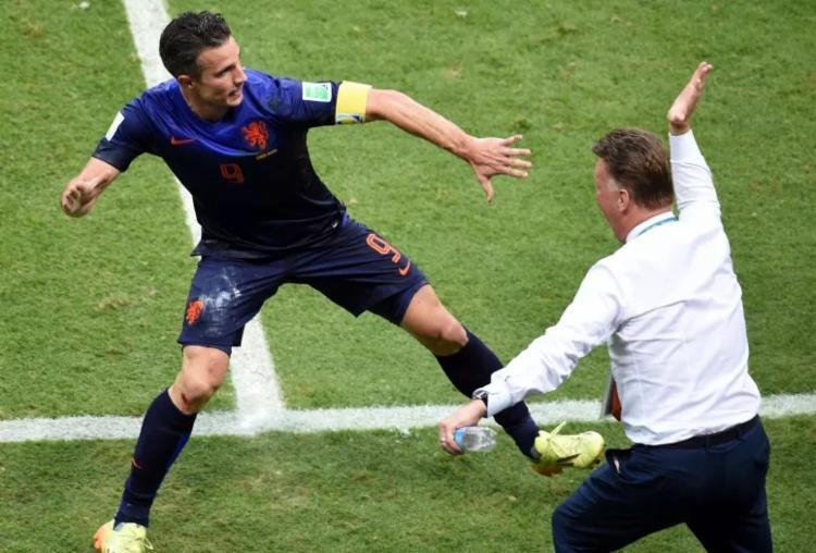Van Persie e Van Gaal comemorando gol da Holanda na Copa de 2014 | Foto: Dimitar Dilkoff | AFP - Foto: Dimitar Dilkoff | AFP