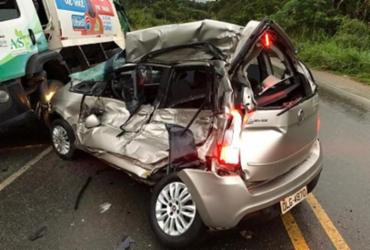 Jovem morre após carro bater em caminhão de lixo na BR-030