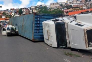 Caminhão tomba sobre carro de empresa na Via Expressa | Divulgação | Transalvador
