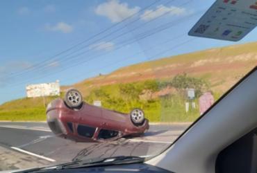 Capotamento deixa duas pessoas feridas na Via Parafuso