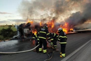 Caminhão carregado de soja pega fogo na BR-242   Divulgação SSP