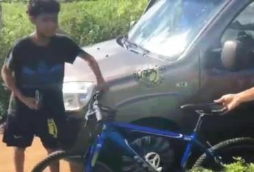 Adolescente da zona rural de Feira ganha bicicleta nova após ajudar grupo de ciclistas