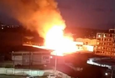 Incêndio de grandes proporções atinge depósito em Lauro de Freitas