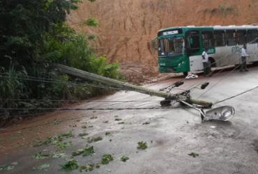 Poste cai e deixa trânsito lento na avenida Aliomar Baleeiro | Divulgação | Transalvador