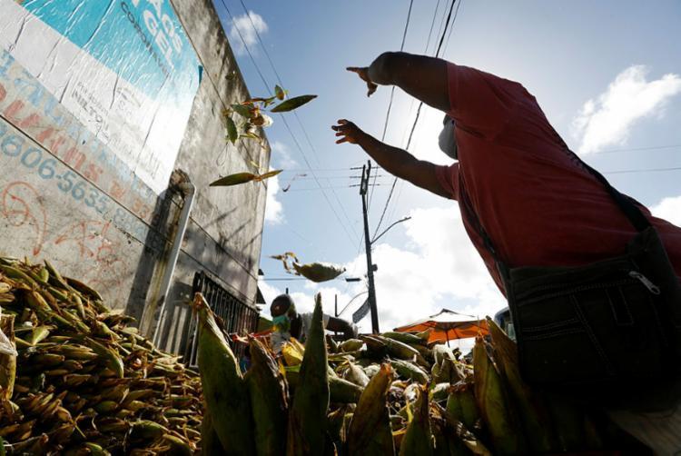 Feirantes de São Joaquim descarregam carga de milho para comercialização   Foto: Rafael Martins   Ag. A TARDE - Foto: Rafael Martins   Ag. A TARDE