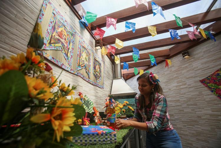 Ruth Santos decorou a casa com enfeites juninos | Foto: Raphael Müller | Ag. A TARDE - Foto: Raphael Müller | Ag. A TARDE