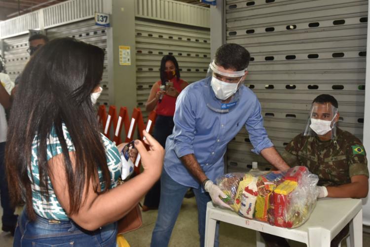 Prefeito ACM Neto participou da entrega de alimentos nesta terça | Foto: Max Haack | Secom - Foto: Max Haack | Secom