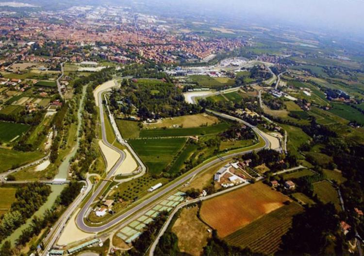 O circuito ficou eternamente marcado por ter sido o palco do acidente que vitimou o ídolo brasileiro, Ayrton Senna, em 1994   Foto: Divulgação   FIA - Foto: Divulgação   FIA