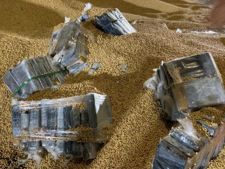 Droga foi encontrada escondida dentro de carregamento de soja em Ilhéus | Foto: Divulgação | SSP - Foto: Divulgação | SSP-BA