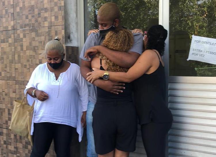 Momento em que Gabriel deixou a delegacia e foi recebido por familiares | Foto: Cidadão Repórter A TARDE