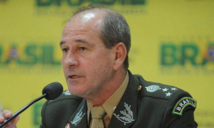 FORÇAS ARMADAS ESTÃO' ISENTAS DE POLÍTICA' DIZ MINISTRO