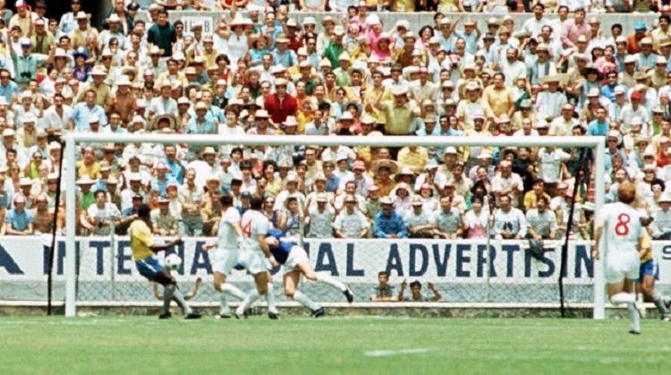 Pelé cabeceia no canto esquerdo para Gordon Banks fazer a defesa considerada como 'maior da história'   Foto: Reprodução - Foto: Reprodução