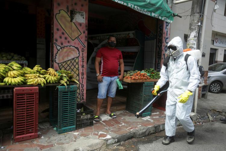 Desinfecção de ruas é uma das medidas adotadas pelos municípios   Foto: Felipe Iruatã   Ag. A TARDE - Foto: Felipe Iruatã   Ag. A TARDE